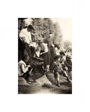 Crianças usando o bebedouro de um parque público, c. 1910 - São Paulo, SP